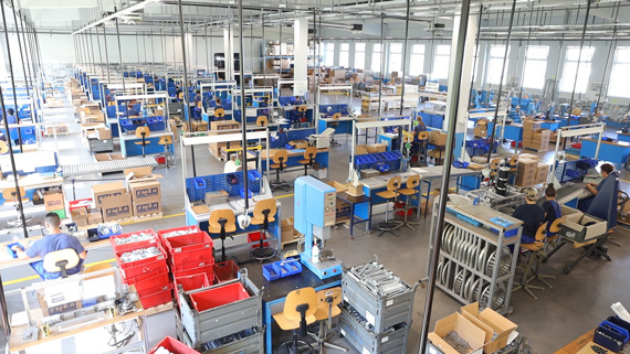 Nach der Serienfertigung kann EMKA auch die Montage ganzer Baugruppen übernehmen.